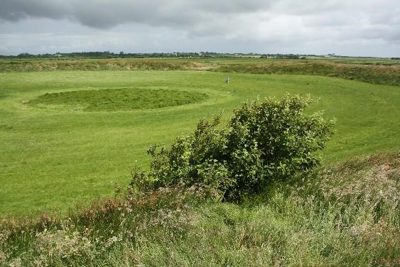 Fast hundert Meter misst die Lembecksburg im Durchmesser. Im frühen Mittelalter siedelten hier Wikinger im eingefriedeten Bereich. Inzwischen deutet vieles darauf hin, dass auch sie sich nur in ein gemachtes Nest setzten.