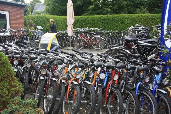 Wer die Fahrräder nicht von zu Hause mitgenommen hat, wird auf der Insel fündig - zum Beispiel auch in Nieblum an der Hauptstraße.
