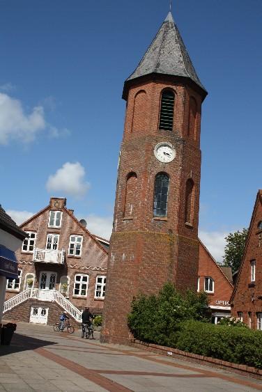 Der einsame Glockenturm ist das Wahrzeichen von Wyk auf Föhr.