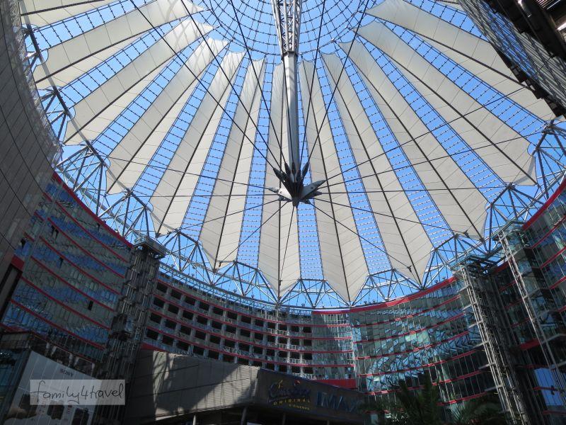 Die Dachkonstruktion des Sony Centers wirkt großartige gegen blauen Himmel.