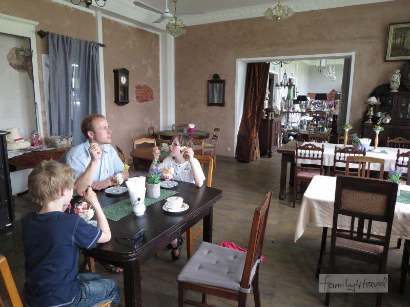 Hier ein gemütliches Café, dort ein verlockender Klimbim-Laden: die Alte Schule in Petershagen-Lahde.