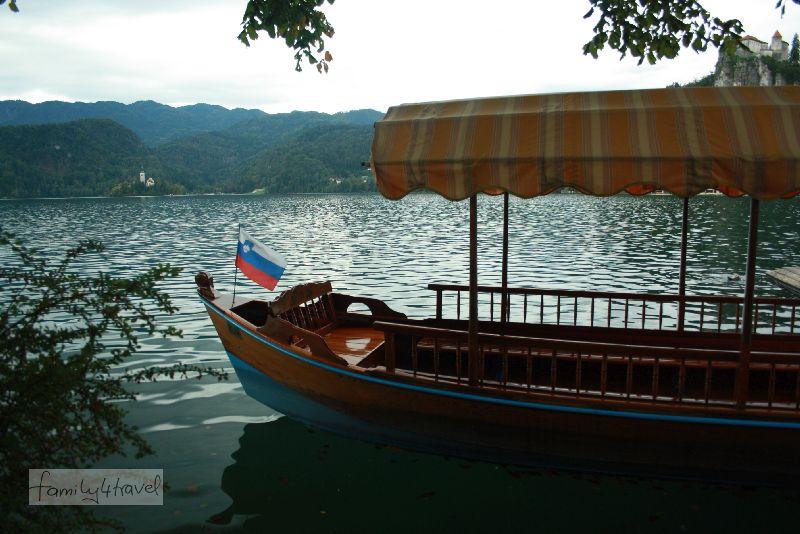 Von Bled aus ist es eine ganze Ecke bis zur Marieninsel. Wer da lieber rudern lassen möchte, nimmt in einem dieser Pletjna-Boote Platz.