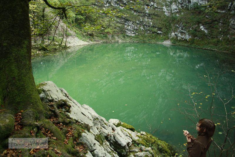 Trügerische Ruhe: Unter der Wasseroberfläche steigt aus einer der zahlreichen Höhlengänge so viel Wasser auf, dass der Ablauf sofort zu einem breiten Fluss wird.