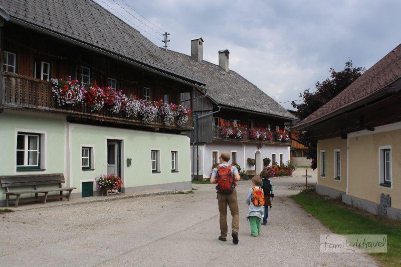 Typisch Österreich: Holzbalkone mit Blütenpracht in Krungl.
