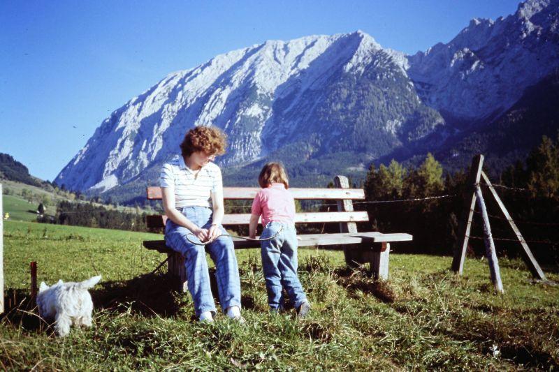 Ich mit meiner Mama und unserem Hund Wili vorm Grimming, irgendwann in den 80ern.