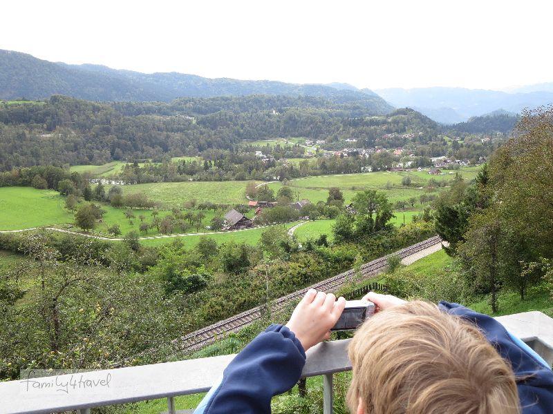Radovljica thront über einem fruchtbaren Tal.