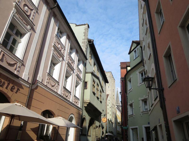 In Regensburgs Altstadt lohnt sich immer ein Blick nach oben an den Häuserfassaden empor.