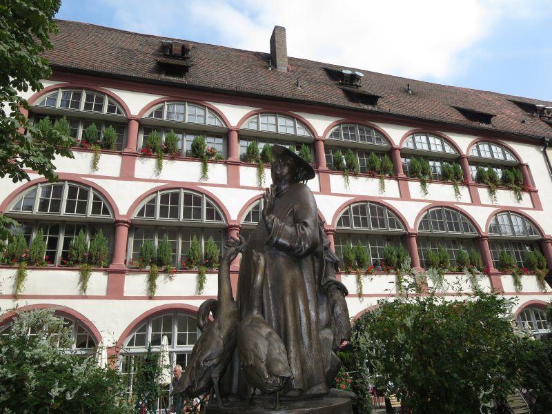 Einer der schönsten Plätze, die wir in Regensburgs Altstadt gefunden haben: Der Innenhof der alten Bischofsresidenz mit dem Gänsepredigt-Brunnen.