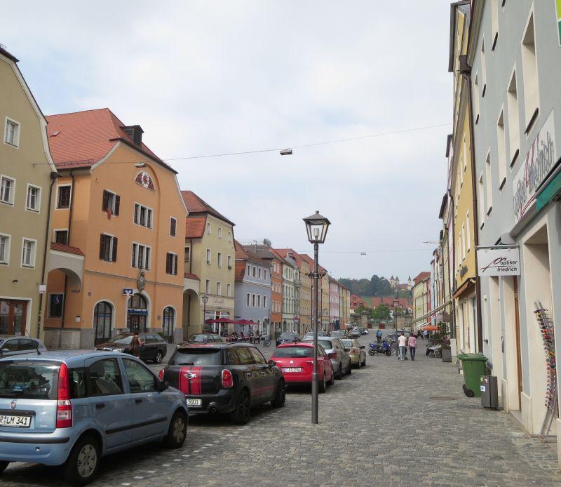 Stadtamhof, die künstliche Donauinsel auf der anderen Seite des Flusses, ist zu Fuß über die Steinerne Brücke zu erreichen.