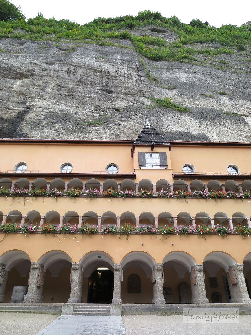 Das Bürgerspital drückt sich regelrecht an den Mönchsberg.