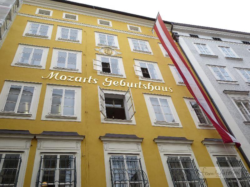 Nicht zu übersehen: Mozarts Geburtshaus. Nicht im Bild: Touristenmassen und ein Supermarkt im Erdgeschoss.