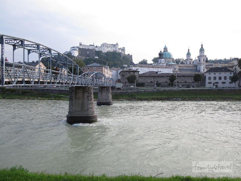 Mehrere Brücken führen über die Salzach. In Altstadtnähe ist der Makartsteg die schönste.
