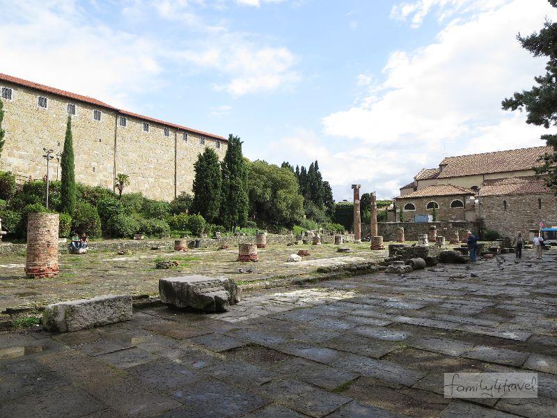 Auch auf dem Vorplatz der Kathedrale wird die lange Vergangenheit der Stadt sichtbar.