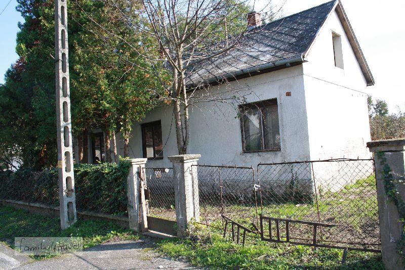 Hat schon bessere Zeiten gesehen: typisches Haus in Balatonbereny.
