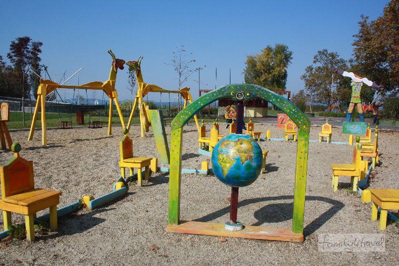 """""""Gähnend leer"""" hat ach positive Seiten: der Spielplatz direkt am Strand von Balatonboglar."""