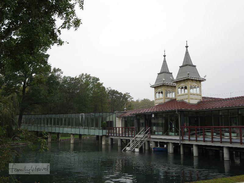 Das Badehaus befindet sich mitten auf dem See. Über Treppen steigt man hinab in die heilsamen Fluten.