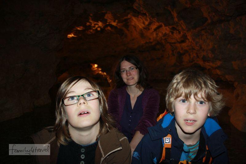 Drei faszinierte Passagiere auf dem Weg durch die Höhlenwelt...
