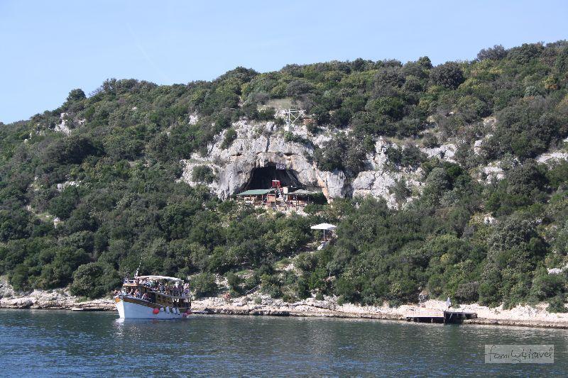 Möchte man den Limfjord sehen, bietet sich in der Tat der Zugang übers Wasser an. So bekommen wir – wooow – den Drehort irgendeines Karl-May-Films zu sehen: eine touristisch überfrachtete Felsenhöhle.