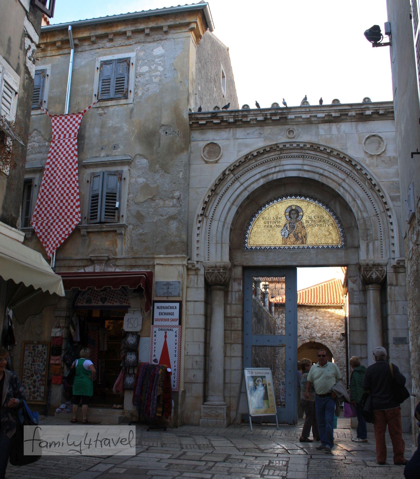 Weltkulturerbe neben Nippesläden: Hier geht's zur berühmten Basilika.