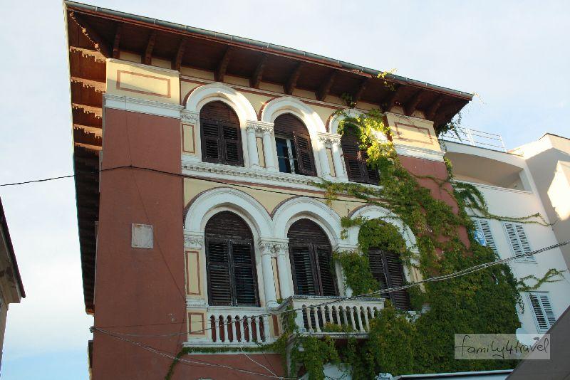 Es lohnt sich, an den Souvenirläden vorbei die Fassaden hochzugucken.