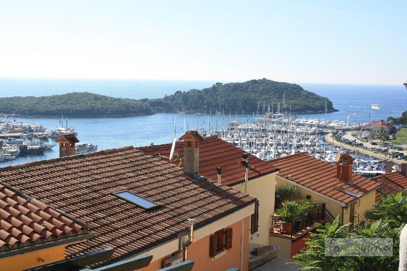 Blick über die Dächer Vrsars auf den Hafen und die vorgelagerten Inselchen.