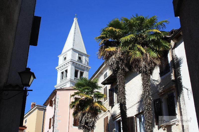 Palmen säumen den Weg hinauf zum Campanile der Martinskirche.