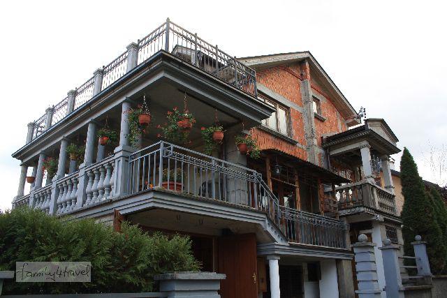 Aufwändige Säulen als Balkongeländer, aber zum wärmedämmenden Verputz hat's nicht gereicht. Ein typisches Bild in Wohngebieten auf dem Balkan.