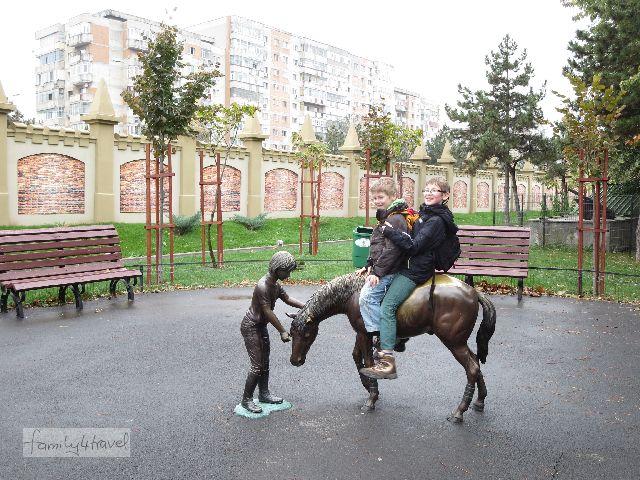Pause vom Nahverkehrsstress in einer grünen Oase im Bukarester Grau.