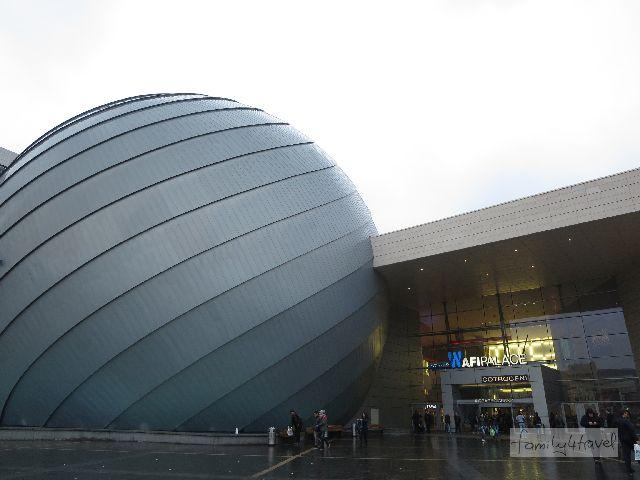 Zumindest an Shopping-Malls herrscht in Bukarest kein Mangel, und hier zeigt man gern, dass man auch protzen kann.