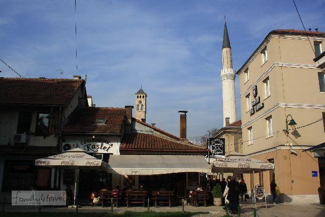 Moscheen und christliche Kirchen auf einen Blick in Bosniens Hauptstadt Sarajevo.