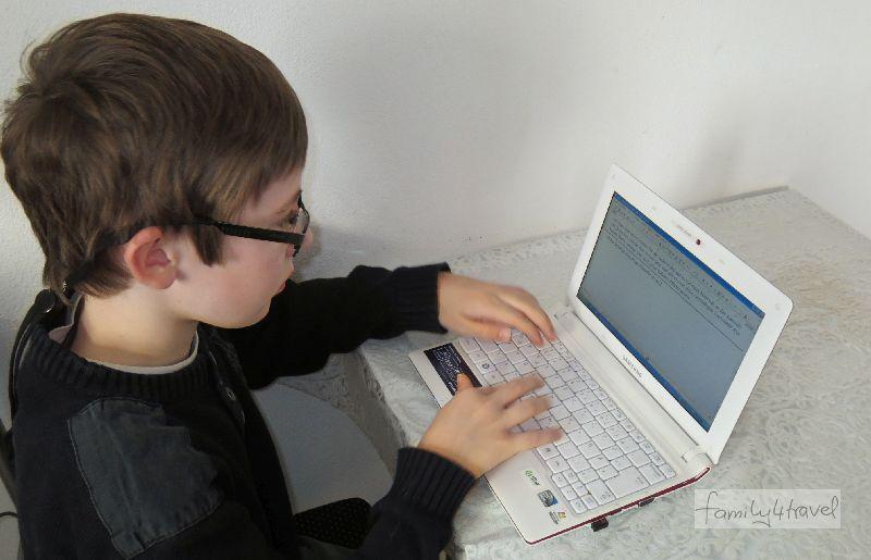 Janis mit 10 beim Bloggen in unserer Ferienwohnung in Rumänien.