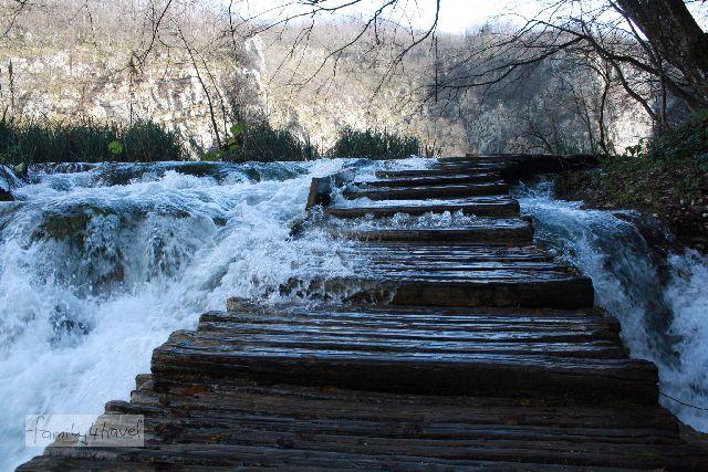 Wandern mitten IM Wasserfall (ist so allerdings nicht gedacht, wir müssen ein Sperrschild übersehen haben, jedenfalls sind wir später an einem vorbeigekommen, für die Richtung, aus der wir kamen...).