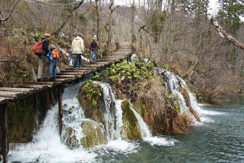 Eigenverantwortung gehört dazu. Geländer gibt es kaum an den Plitvicer Seen.