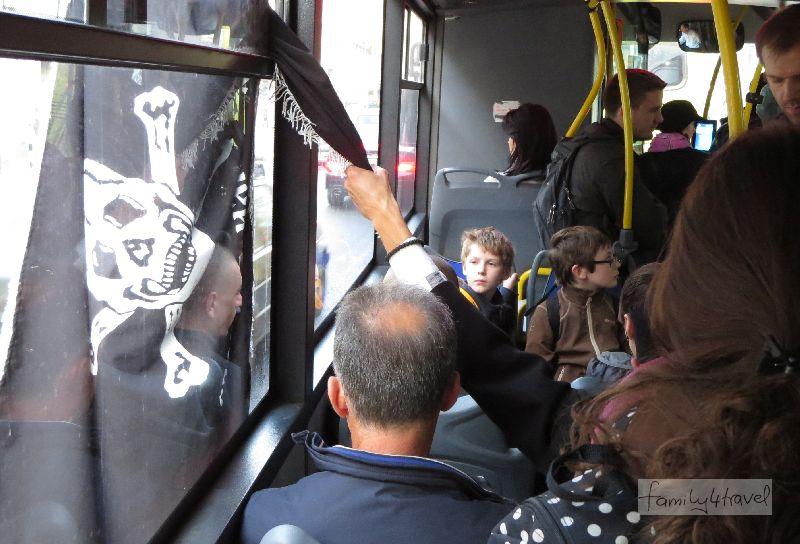 Wenn zwischen dir und deinen Kindern ein Partisan mit Totenkopfflagge im Bus sitzt - Schockmoment in Belgrad, fotografisch dokumentiert aus der Hüfte.