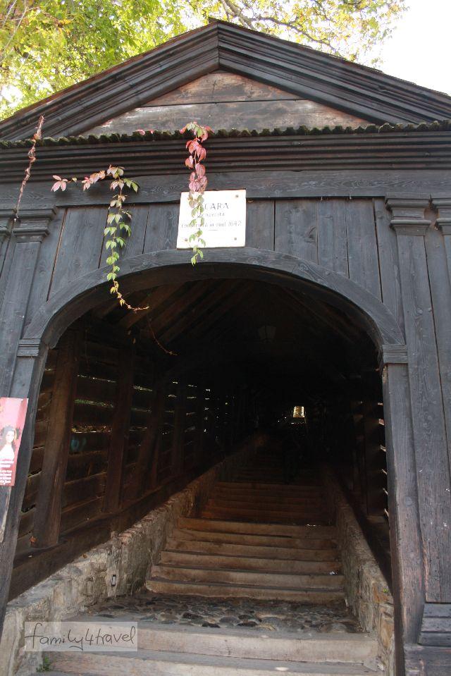 """Die Treppe hinauf zur alten Universität von Schäßburg (heute die Deutsche Schule) führt durch einen """"Holztunnel""""."""