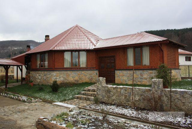 """Pressspan und Holzfeuer: Obwohl es auch sehr schicke Unterkünfte in Montenegro geben soll, ist unsere """"Pension Kolasin"""" eher von der rustikalen Sorte - dafür aber mit einem geräumigen Familienzimmer für 30 Euro die Nacht recht günstig."""