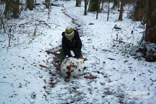 Für einen Schneemann reicht es dann doch nicht so ganz - aber den wahrhaft ambitionierten Schneekugelroller stört das wenig.