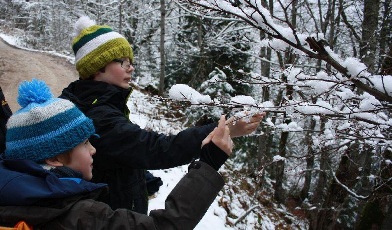 Endlich Schnee! Die Jungs haben viel Spaß im verschneiten Montenegro.