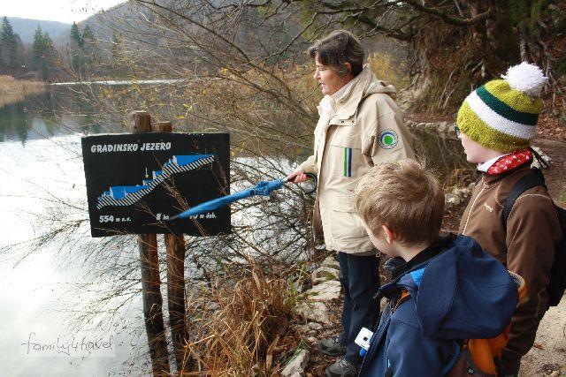 Unser Guide Jelena erklärt den Jungs die Geologie der Plitvicer Seen und hilft sonst auch gerne bei der Routenplanung für Familien.