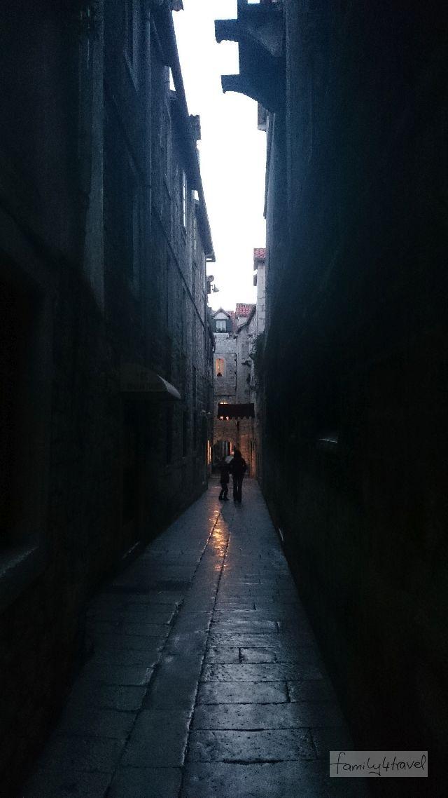 Eng und dunkel und im Sommer angenehm kühl, wenn draußen mehr als 40 Grad herrschen: die Altstadtgassen in Split.