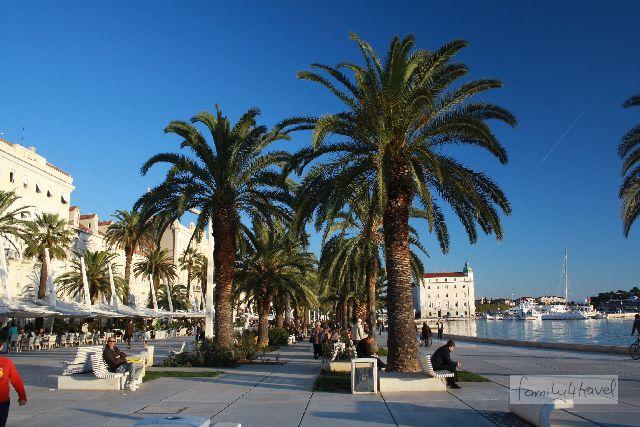 Zwischen Altstadt und Meer liegt nur die Riva, die breite, von Palmen gesäumte Promenade mit unzähligen Cafés.