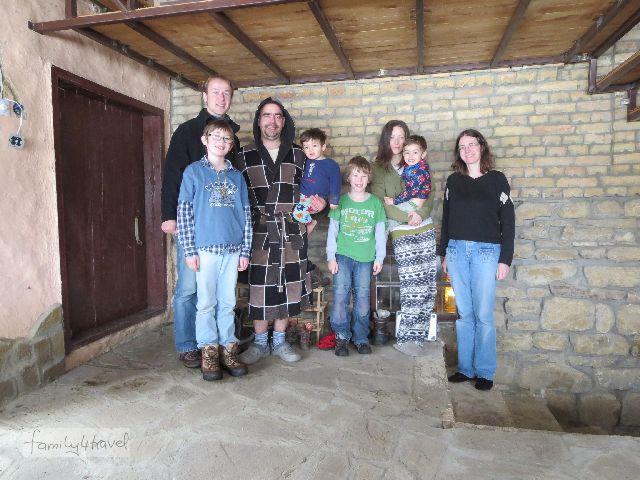 Interkulturelle Weihnachtsgesellschaft: unsere Gastfamilie (noch im Schlafanzug, wie sich das für Engländer am Weihnachtsmorgen gehört) und die deutschen Weihnachtsasylanten, mitten in Bulgarien.