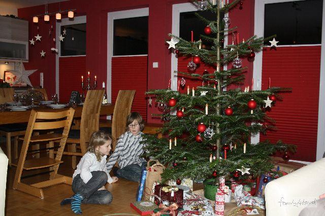 So ist Weihnachten zu Hause: Die Jungs letztes Jahr unterm Weihnachtsbaum.