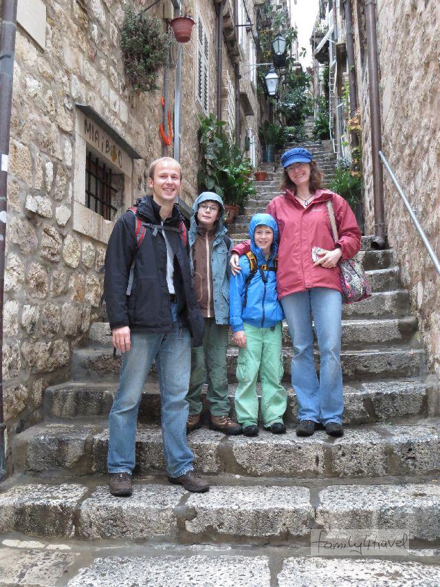 Frisch genesen und bereit, es mit all den Treppenstufen aufzunehmen: family4travel in Dubrovnik.