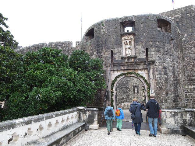Mit unserer Stadtführerin Antea schlendern wir durch das Pile-Tor und ganz Dubrovnik.
