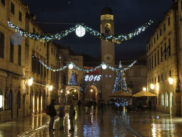 Die Hauptstraße Dubrovniks ist großzügig angelegt. Dass alle Häuser einem einheitlichen Stil entsprechen, verdankt die Stadt einem unschönen Grund: dem großen Erdbeben von 1667, bei dem mehr als 5000 Bewohner ums Leben gekommen sein sollen.