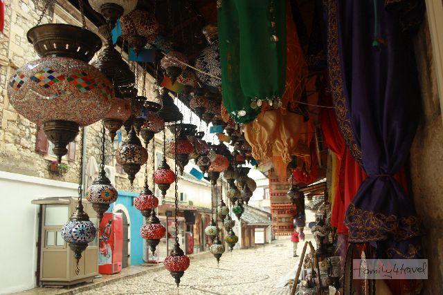 Wer einen ruhigen (und dazu noch überdachten) Fleck in der Altstadt von Mostar findet, kann hier den ganzen Tag das bunte Leben beobachten.