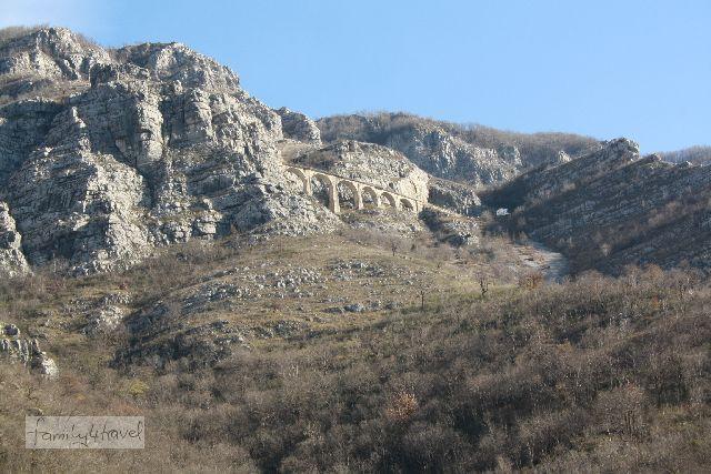 Manchmal gibt es an ganz unverhofften Orten Brücken, selbst im wilden Montenegro...