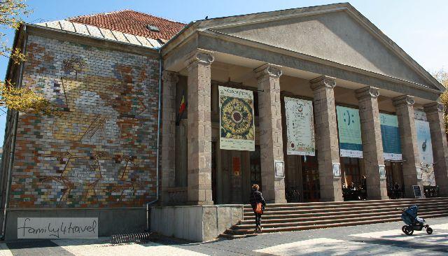 In diesem Kulturpalast einer rumänischen Kleinstadt fand der durchaus spektakuläre Auftritt der Gruppe statt, der für uns leider so überraschend kam, dass wir weder Fotos gemachen, noch uns den Namen der Truppe merken konnten.