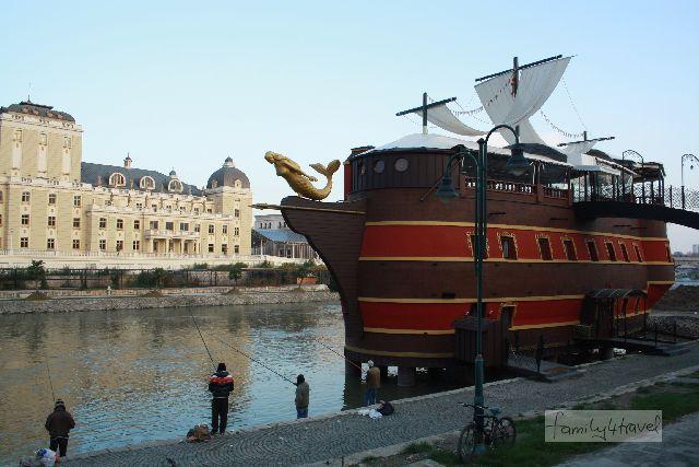 Disneyland-Kitsch aus Stahlbeton: Restaurant-Schiff am Varsar. Hier sind wir allerdings nicht eingekehrt.
